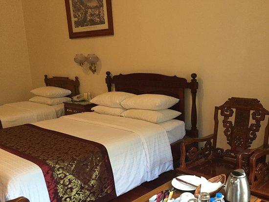 Hotel Continental Saigon: Twin room with balcony overlooking Opera house