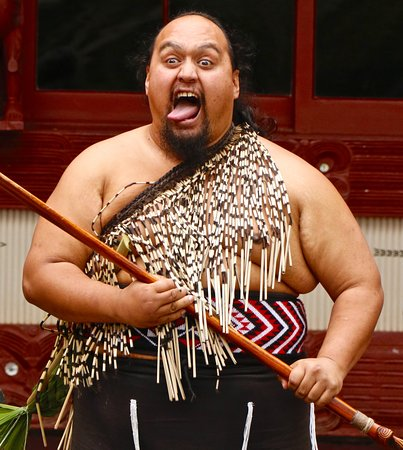 North Island, Nya Zeeland: performer in cultural demonstration/show