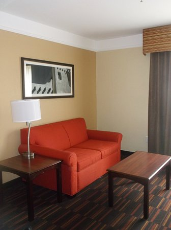 La Quinta Inn & Suites Albuquerque Midtown: There is a setting area in the suite.