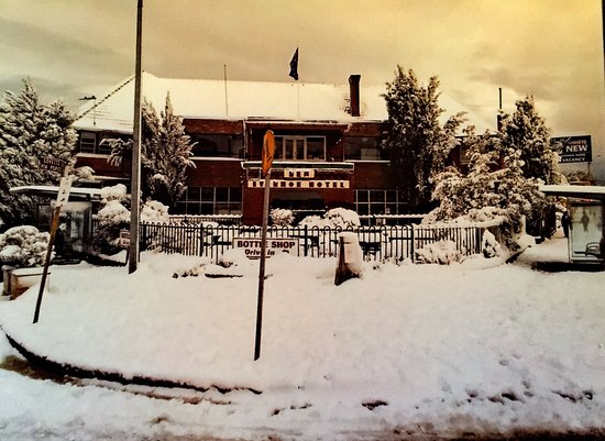 Blackheath, Australien: The New Ivanhoe Hotel after mid winter snow storm
