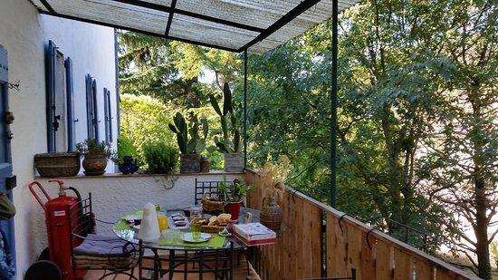 Le Portel des Arnaud: Breakfast on terrace