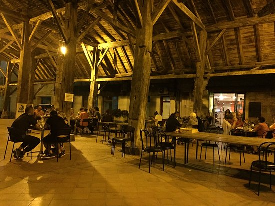 Le Mas-d'Agenais, France : Cena nell'antico mercato