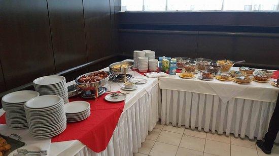 Hotel Alp: Breakfast