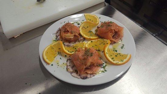 Риоведжио, Италия: Involtini di salmone ripieni di mazzancolle e composta di cipolla tropea