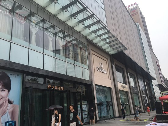 Yichang, Cina: Five or six floors of every shopping convenience you can think of! The sheer scale of the buildi