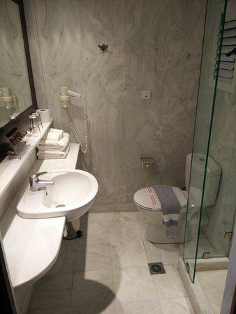 โรงแรมแอร์เมส: Bathroom