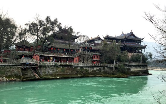 Dujiangyan, Chine : As seen from the opposite side of the river.