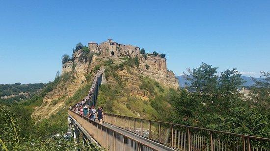 Civita di Bagnoregio ponte che porta alla Città, si può raggiungere solo a  piedi