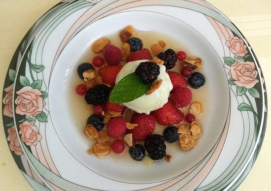 Beaugency, France : Soupe de fruits rouges à l'infusion de menthe et sorbet citron vert.