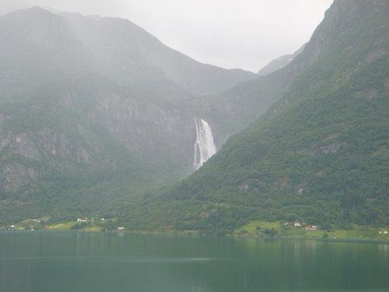 Lom, Noruega: Waterfall along the way