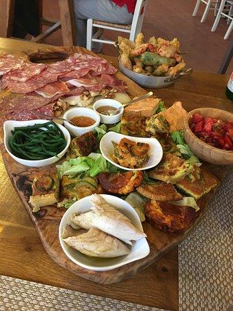 Agriturismo Montefabbrello : Tagliere di salumi e formaggi con diverse marmellate, torte salate, frittatine e verdure fritte