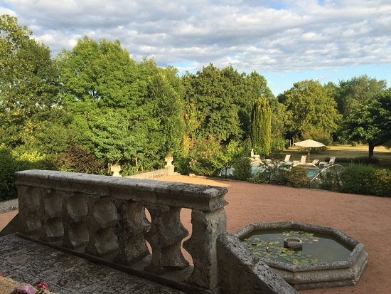 Le Chatenet : View from the breakfast terrasse on the grounds and pool
