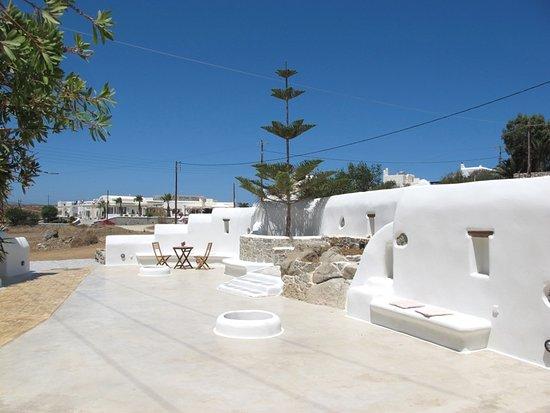 Agios Prokopios, กรีซ: Cycladian style courtyard in spacious grounds