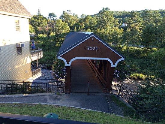 Littleton, Νιού Χάμσαϊρ: Historic bridge to the right of Schilling Beer Co.