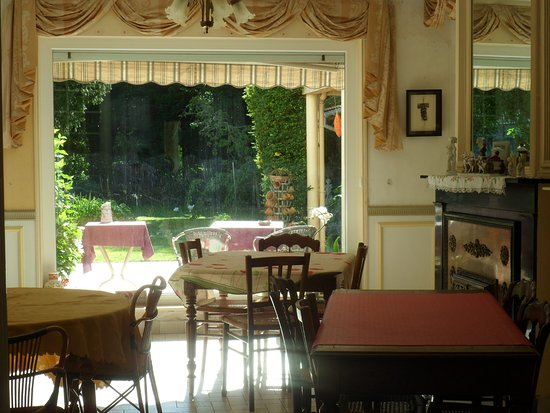 Bourbourg, Francia: breakfast room with a wonderfully relaxing view.