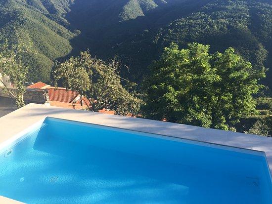 Agriturismo Borgo Muratori: Goed onderhouden zwembad met bijzonder uitzicht
