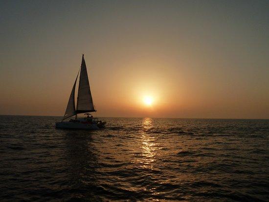 Santorini Yachting: Puesta de Sol desde el mar en Santorini