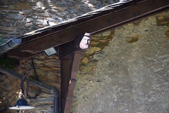 Museu Casa d'Areny-Plandolit: Vista de una cabeza en una viga del tejadillo del patio.