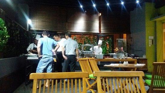 Aryaduta Palembang  Bintang 5. Tapi hiasan bunga di meja lobby bunga  plastik yang buruk. Aryaduta Palembang  BBQ yang mengecewakan e9542291f9