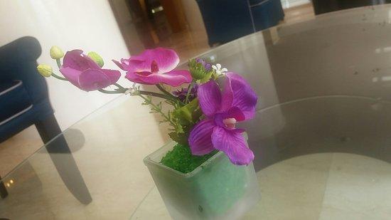 Hotel Aryaduta Palembang  Bintang 5. Tapi hiasan bunga di meja lobby bunga  plastik yang 51afe6fcb8