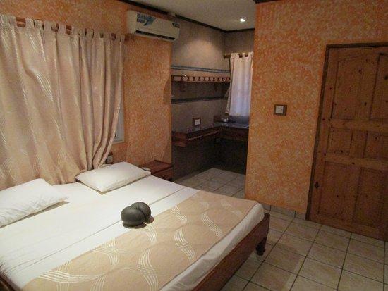 Omusee Guesthouse : Bungalow (Hinter der Holztür ist das Bad), Links eine Nische mit Arbeitsplatte und Spüle