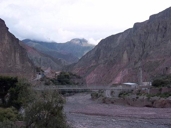 Rio Iruya con la pasarela peatonal de fondo