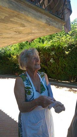 Elda Country House: Nonna Elda colta con le mani nell' impasto delle crostate
