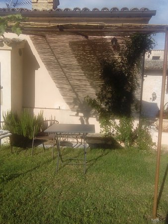 Agriturismo Ca' le Suore: Giardino davanti gli appartamenti