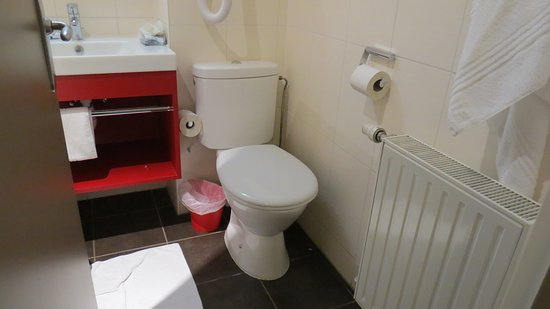 TOILETTE COLLE AU MUR! - Picture of Ibis Styles Colmar Centre ...