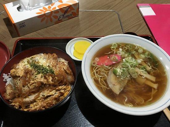 Goshogawara, Japan: 1階食堂でラーメンとカツ丼を注文