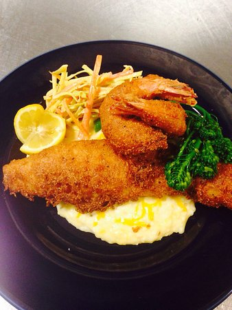 Forsyth, Georgien: Hushpuppy crusted catfish and shrimp, cheddar soft grits, smoked tomato coleslaw, broccolini, le