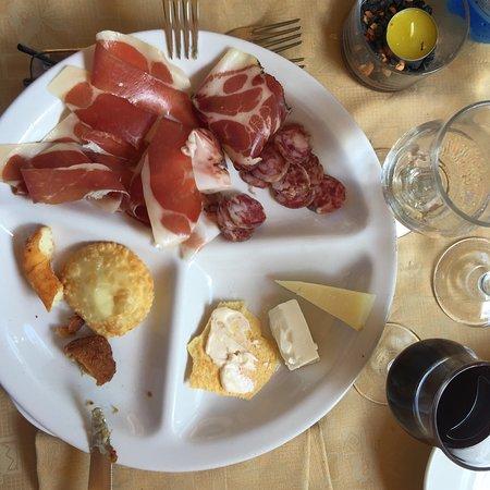 Arzana, إيطاليا: Piccolo pranzo con vista mare a base di un antipasto fantastico, culurgiones ai funghi, timo, as