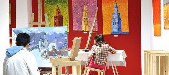 Jerez de los Caballeros, Spanien: Alumnos trabajando y exposición de pintura de Guillermo Larrasa, artista local.