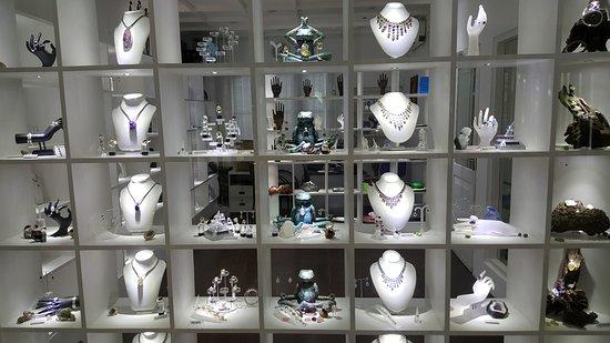 Ridee Villa: gem shop