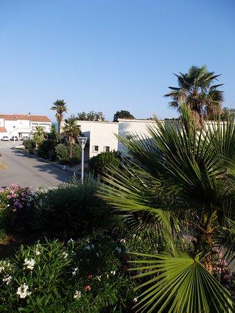 Résidence B2M Les Brises de Mer : Vue de la terrasse sur le restaurant et la plage.