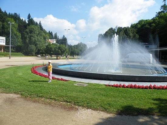 Luhacovice, Republika Czeska: Vodotrysk před kolonádou
