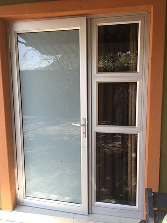 Klein Windhoek Guesthouse: This aluminium frame makes me feel like I am in storage house. Not all rooms have this aluminium
