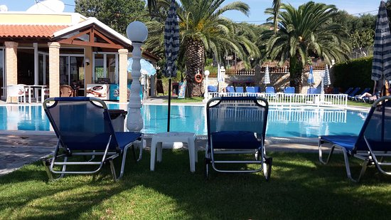 Kapetanios Apartments: Pleasant and very well maintained pool and poolside area.