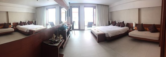 La Flora Resort Patong: Spacious rooms which includes a free mini bar, free water bottles, spa bath room, king bed, fly