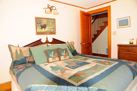Farm by the River Bed and Breakfast with Stables: Alpine Moose Cottage-downstairs king bedroomn