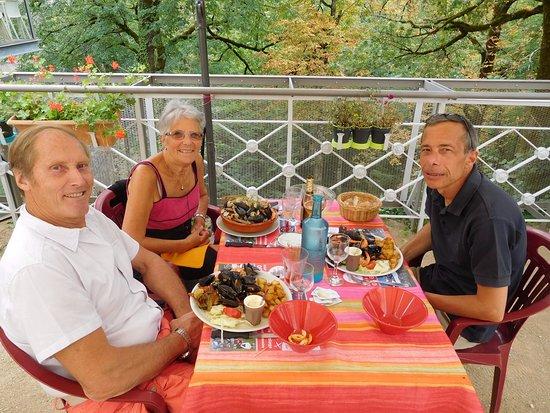 Revel, Frankrig: sur la terrasse ..juste ombragée comme il faut !!avec en bruit de fond la cascade ...super !!