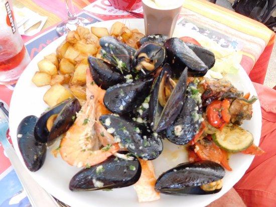 Revel, França: l'assiette de poissons bien garnie ... un régal m'ont dit mes hommes !!!