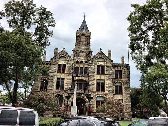 La Grange, Техас: Across the street is the increduble Fayette County Courthouse.
