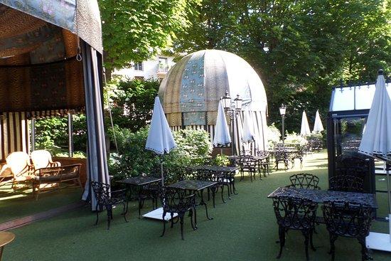Le jardin pour l 39 ete picture of le bar du saint james for Le jardin bar