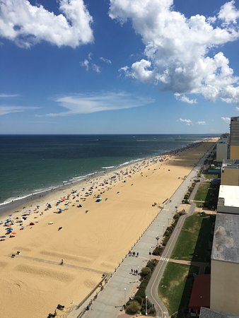 Hilton Virginia Beach Oceanfront: Side view from 17th floor oceanfront balcony