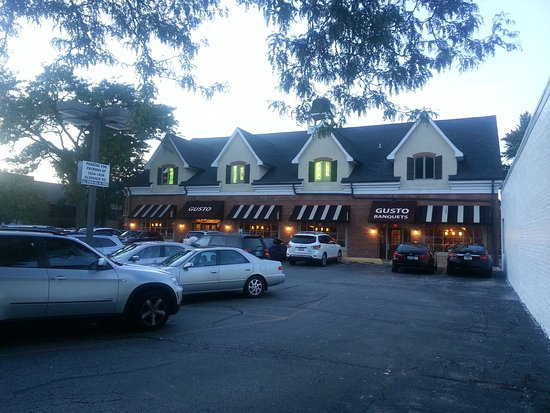 Glenview, IL: Front entrance & parking lot for Gusto