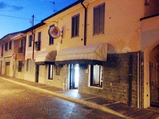 Pregnana Milanese, إيطاليا: locale esterno di sera