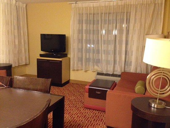 Moosic, PA: Living room/dining room in 2BR suite