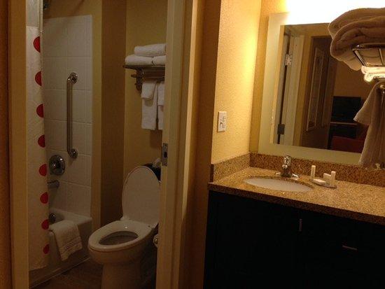 Moosic, PA: Bathroom in 2BR suite