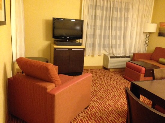 Moosic, PA: Living room of 2BR suite